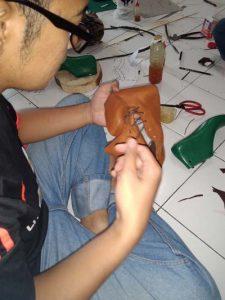 membuat upper sepatu boot