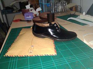 praktek mereparasi sepatu